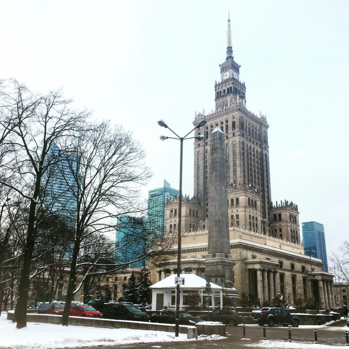 tutkimassa Varsovaa